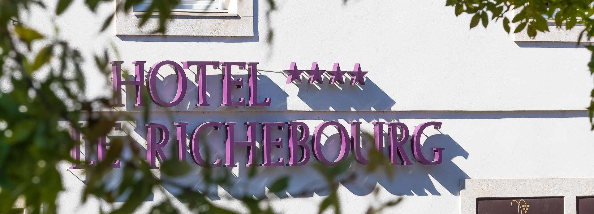 devanture-hotel-le-richebourg