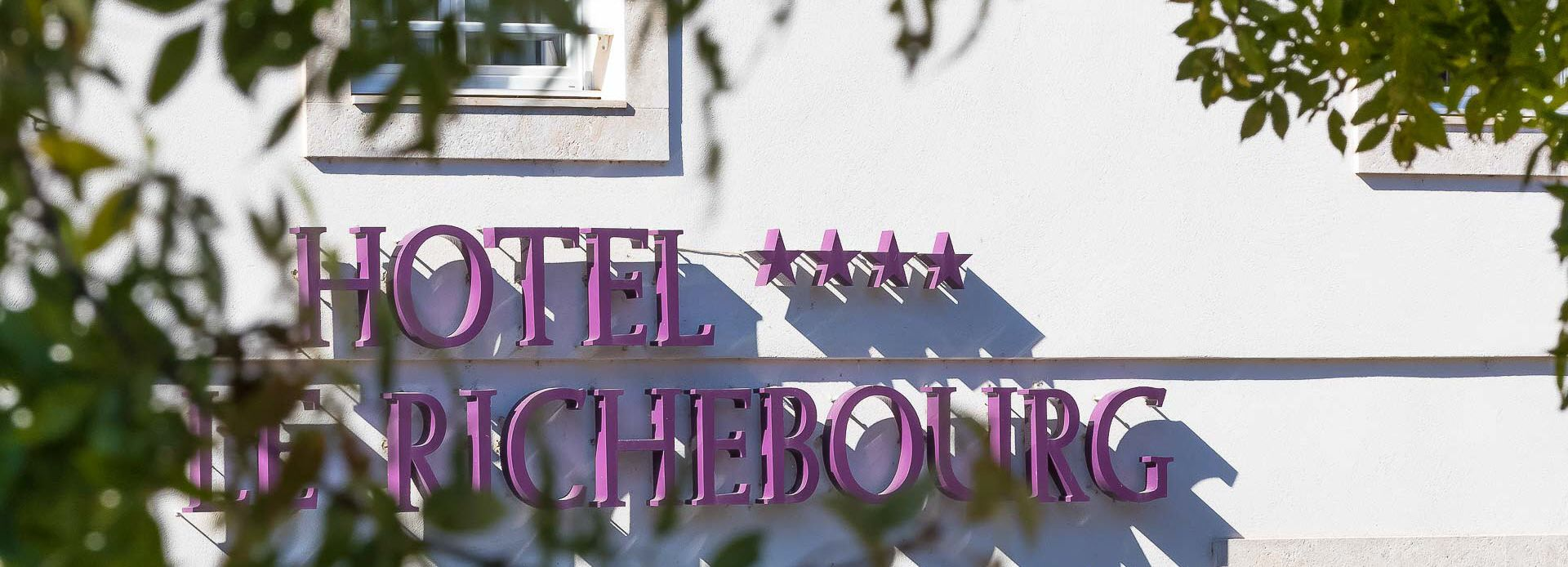 entrance-hotel-le-richebourg